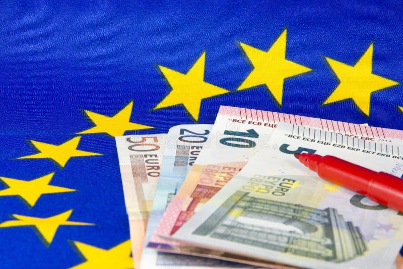 As notas do Euro e o lápis vermelho, UE embandeiram imagem de stock royalty free