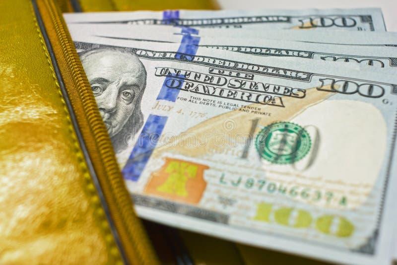 As notas em uma carteira, contas do dólar de cem-dólar estão em um saco, imagem de stock