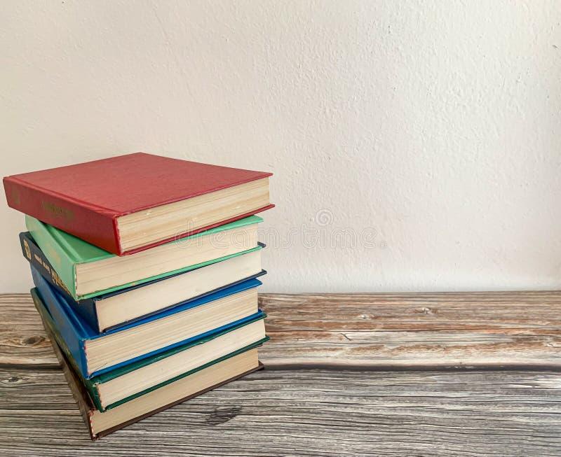 As novelas no assoalho de madeira, fundo são cimento imagem de stock