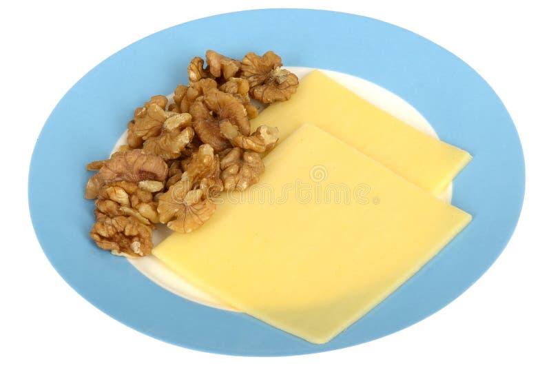 As nozes com queijo cortam o petisco saudável do vegetariano imagem de stock royalty free