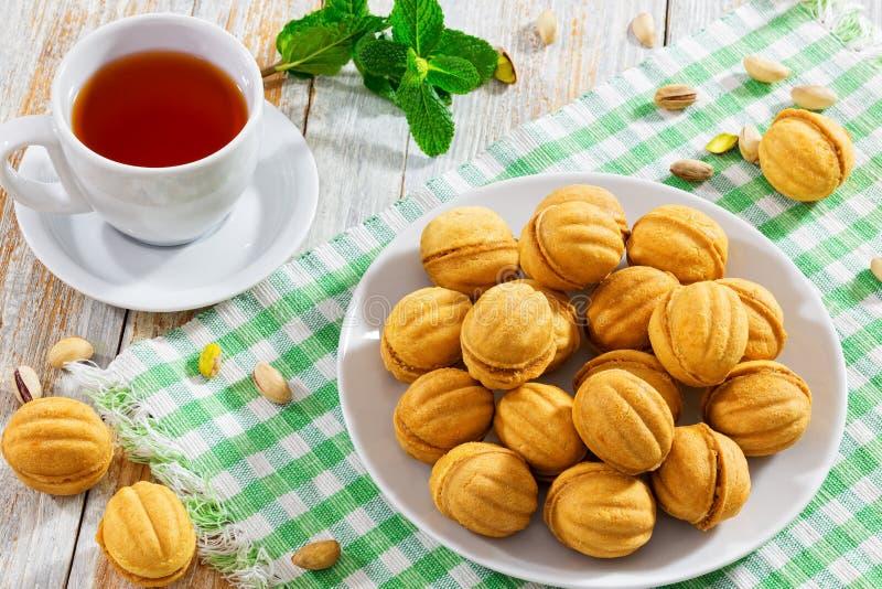 As nozes dão forma a cookies caseiros doces com leite condensado f do doce imagens de stock