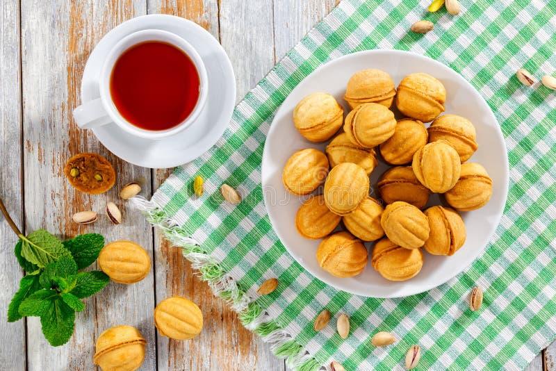 As nozes dão forma a cookies caseiros doces com leite condensado f do doce fotos de stock