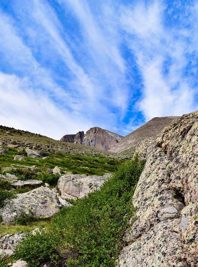 As nuvens acima Longs pico fotografia de stock