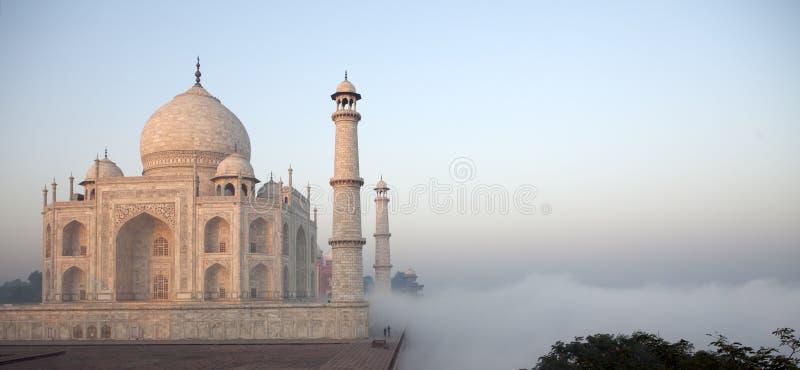 As nuvens alcangam o Taj Mahal em India foto de stock royalty free
