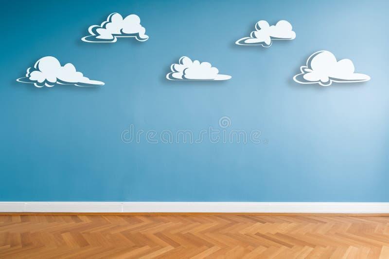 As nuvens brancas pintaram na parede azul na sala vazia com assoalho de parquet e espaço da cópia ilustração royalty free