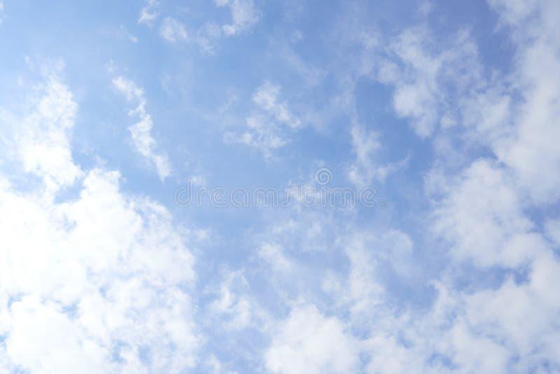As nuvens brilhantes do céu flutuam levemente A sensação refrescada e relaxado, pode ser considerada como uma imagem e um espaço  fotografia de stock royalty free