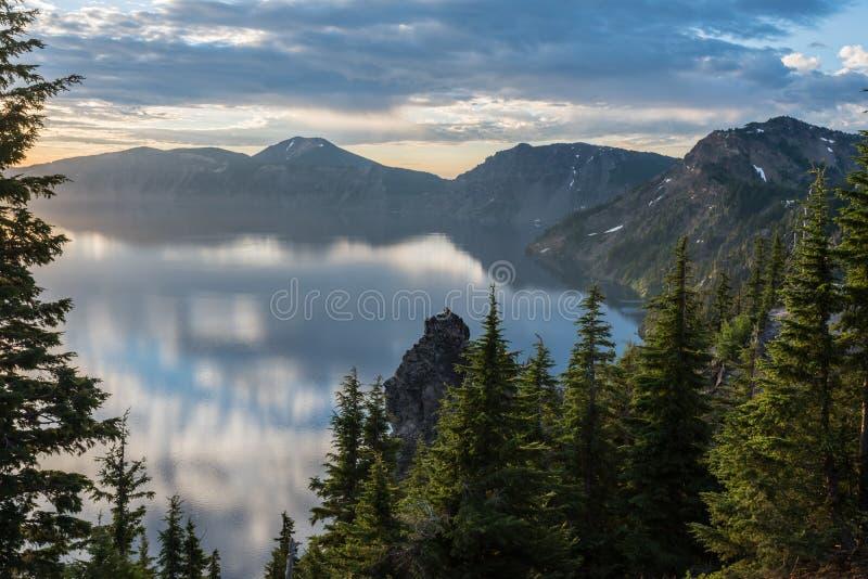 As nuvens calmas da manhã refletem no lago crater imagens de stock royalty free