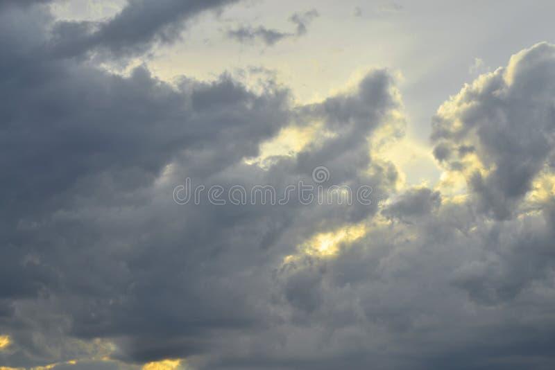 As nuvens cinzentas cobrem a opinião do por do sol As nuvens de nimbostrato são as nuvens escuras, cinzentas que causam a precipi foto de stock royalty free