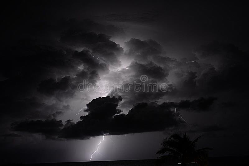 As nuvens cobrem o céu do início da noite com um aviso sinistro das tempestades adiante imagem de stock
