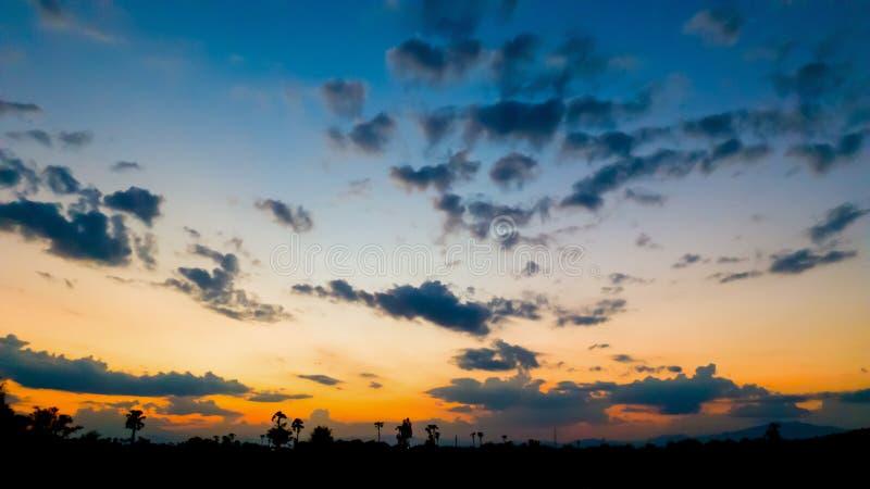 As nuvens de cúmulo e o céu azul com fundo do sumário da natureza do por do sol foto de stock