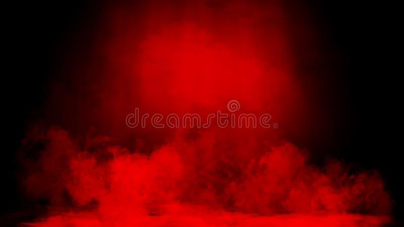As nuvens de fumo vermelhas do gelo seco enevoam a textura do assoalho Efeito perfeito da n?voa do projetor no fundo preto isolad imagem de stock