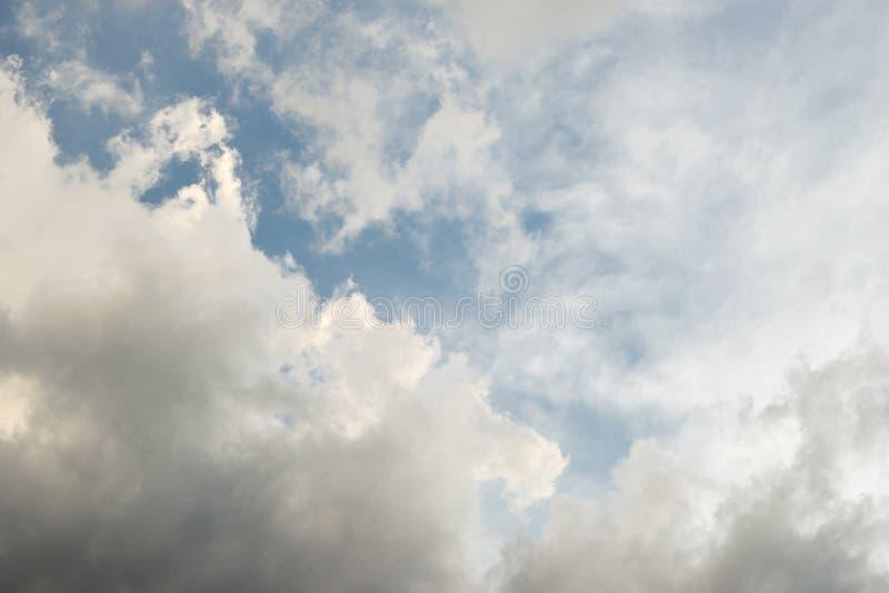 As nuvens de tempestade constroem contra um céu azul imagens de stock
