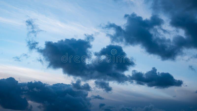As nuvens de tempestade dramáticas escuras recolhem no céu fotos de stock
