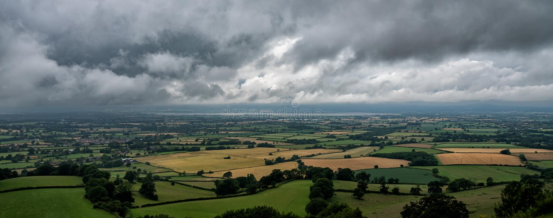 As nuvens de tempestade recolhem sobre Severn Valley como visto do pico de Coaley, Gloucestershire, Inglaterra imagem de stock royalty free
