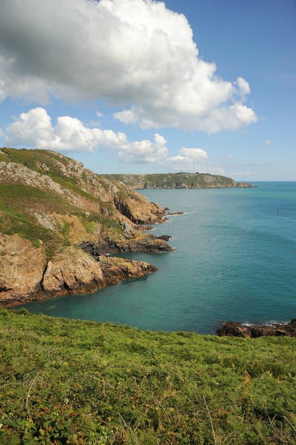 As nuvens de tempestade sobre a costa de Guernsey canalizam Isla fotos de stock