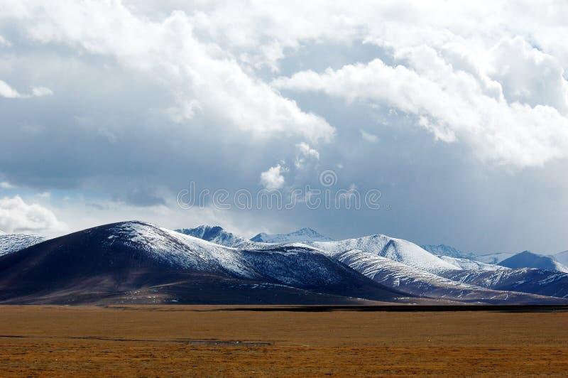 As nuvens de tempestade sobre a montanha fotografia de stock