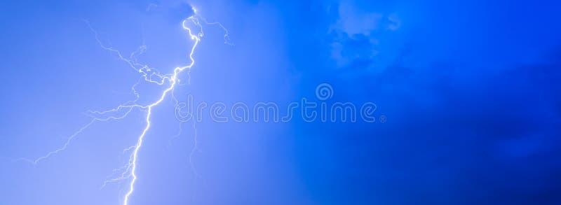 As nuvens do céu noturno do relâmpago do trovão dos temporais nublam a chuva do verão, panorama do fundo e com espaço para o text fotografia de stock royalty free