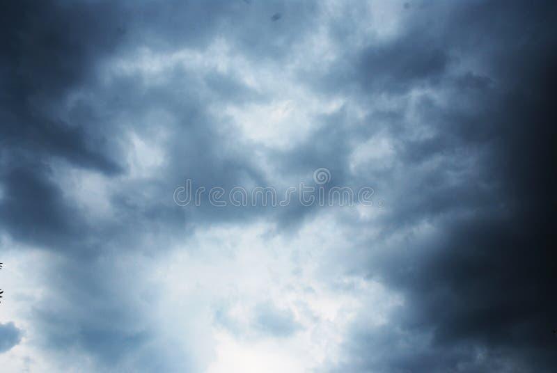 As nuvens pretas e as tempestades desmoronam em Tailândia fotos de stock royalty free