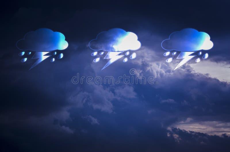 As nuvens são pretas no céu, quando a chuva cair, com ícones e símbolos da chuva Com espaço da cópia e previsões postas do texto  fotografia de stock royalty free