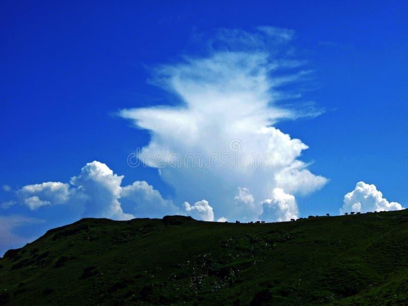 As nuvens surpreendentes sobre a cordilheira dos cumes sobre o vale de Rhein do rio e a região de Alpstein foto de stock royalty free