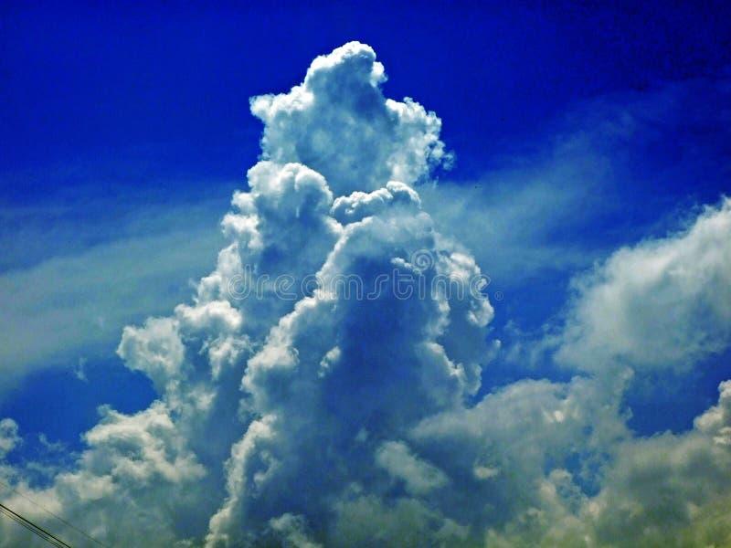 As nuvens surpreendentes sobre a cordilheira dos cumes sobre o vale de Rhein do rio e a região de Alpstein foto de stock