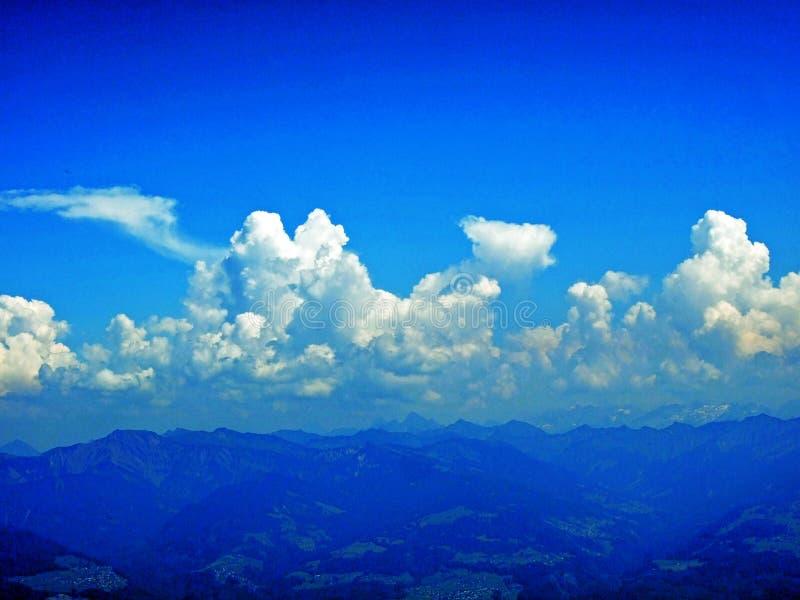 As nuvens surpreendentes sobre a cordilheira dos cumes sobre o vale de Rhein do rio e a região de Alpstein fotos de stock