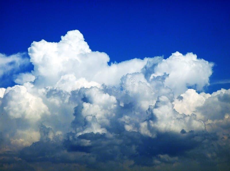 As nuvens surpreendentes sobre a cordilheira dos cumes sobre o vale de Rhein do rio e a região de Alpstein fotos de stock royalty free