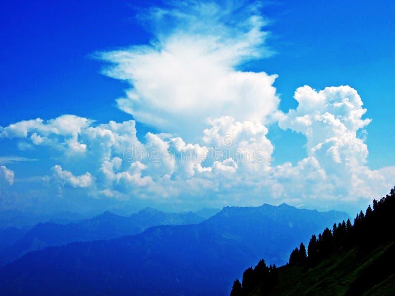As nuvens surpreendentes sobre a cordilheira dos cumes sobre o vale de Rhein do rio e a região de Alpstein imagem de stock