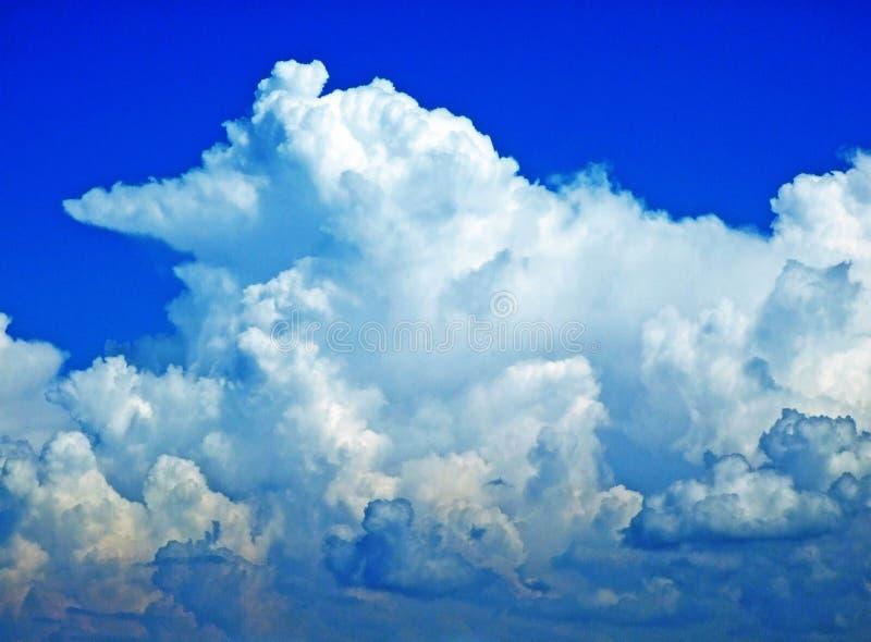 As nuvens surpreendentes sobre a cordilheira dos cumes sobre o vale de Rhein do rio e a região de Alpstein fotografia de stock