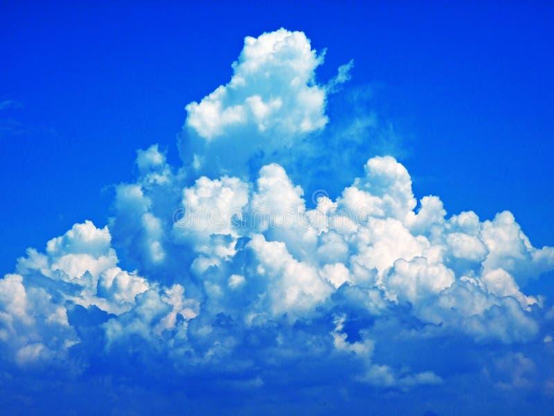 As nuvens surpreendentes sobre a cordilheira dos cumes sobre o vale de Rhein do rio e a região de Alpstein imagens de stock
