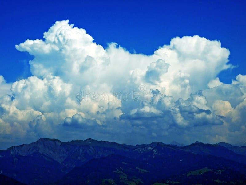 As nuvens surpreendentes sobre a cordilheira dos cumes sobre o vale de Rhein do rio e a região de Alpstein fotografia de stock royalty free