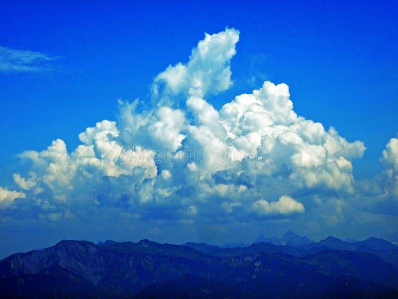 As nuvens surpreendentes sobre a cordilheira dos cumes sobre o vale de Rhein do rio e a região de Alpstein imagens de stock royalty free