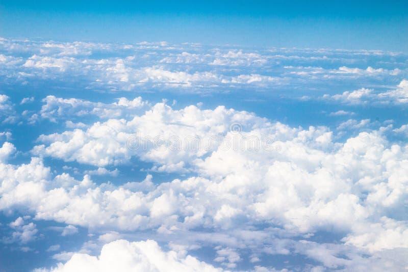 As nuvens veem no voo acima fotos de stock royalty free