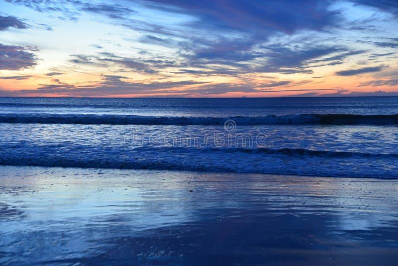 As nuvens wispy pintam uma imagem extraordinária da luz e colorem-na imagens de stock royalty free