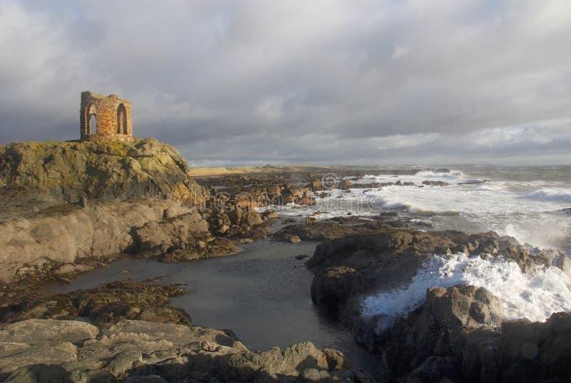 As ondas causam um crash na costa do fife abaixo da torre da senhora imagem de stock