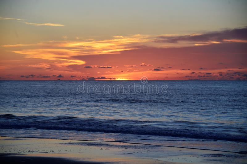 As ondas de oceano dobram a costa de Amelia Island na costa do nordeste de Florida fotos de stock royalty free