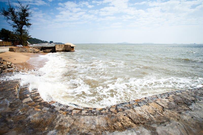 As ondas e as etapas de pedra imagem de stock royalty free