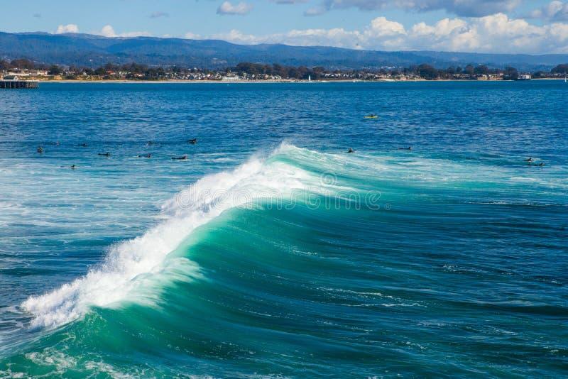 As ondas enormes mágicas na baía de Santa Cruz para fazer a isto uma ressaca imagem de stock