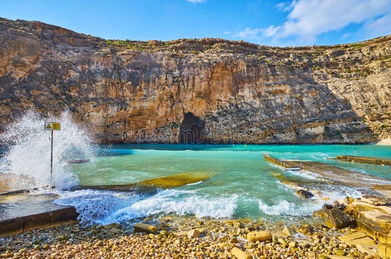 As ondas espumosas no mar interno de Dwejra, San Lawrenz, Gozo, Malta imagens de stock