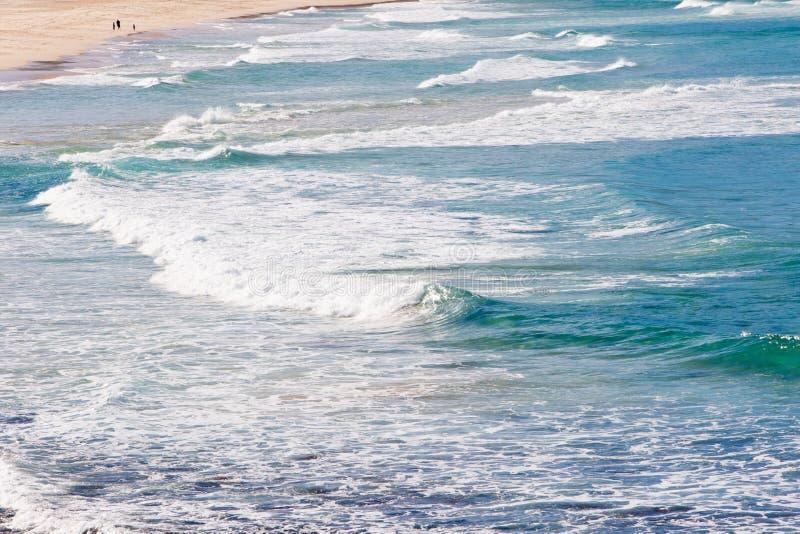 As ondas na ressaca encalham - Boomerang a praia, Novo Gales do Sul, Australi imagem de stock