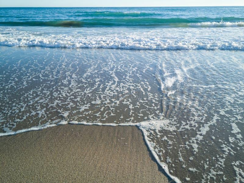 As ondas que alcançam na praia fotos de stock