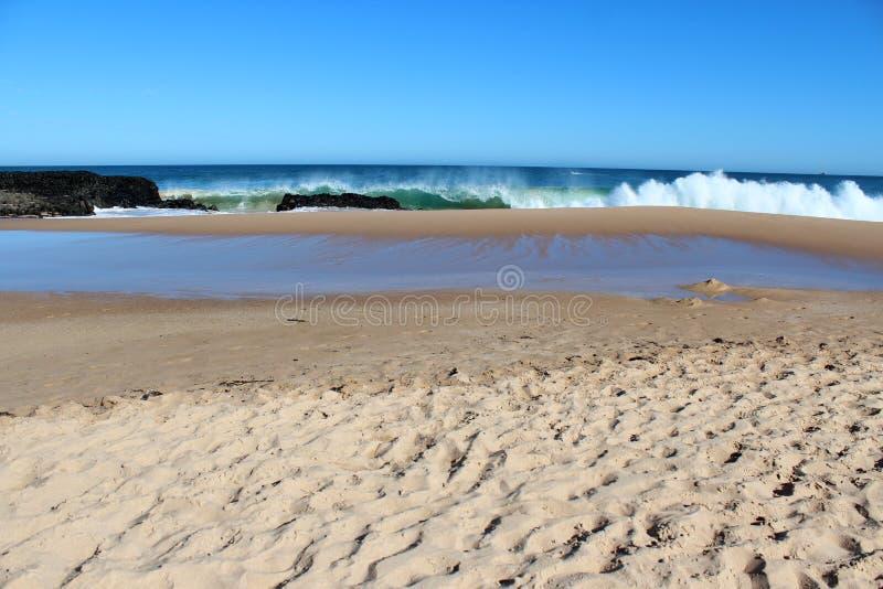 As ondas que espirram no basalto balançam na Austrália Ocidental de Bunbury da praia do oceano fotos de stock royalty free
