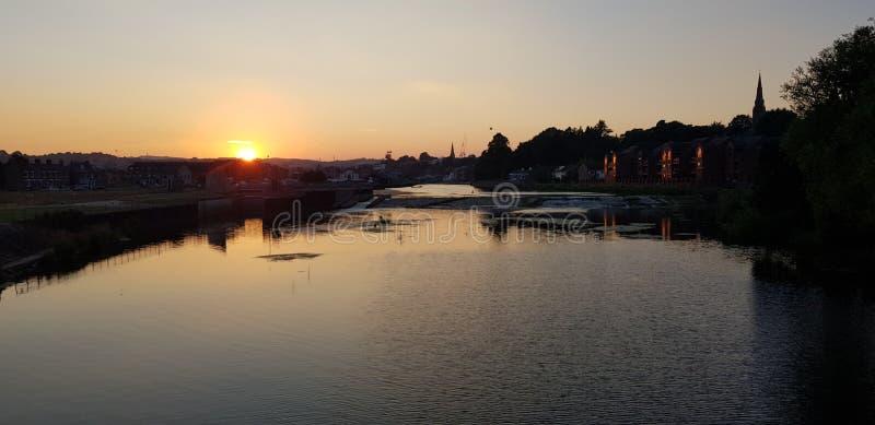 As opiniões do por do sol do rio do céu de Exeter molham a ponte foto de stock royalty free