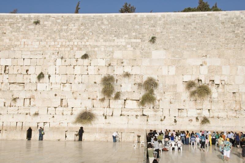 As Orações E Os Turistas Aproximam A Parede De Jerusalem Foto de Stock Editorial