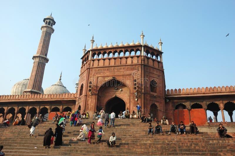 As orações estão andando perto da mesquita do Jama Masjid em Deli, India imagens de stock