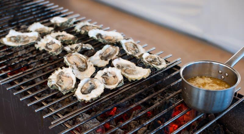 As ostras são cozinhadas na grade foto de stock royalty free