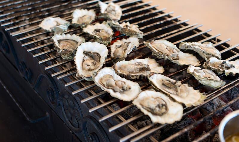 As ostras são cozinhadas na grade fotos de stock royalty free