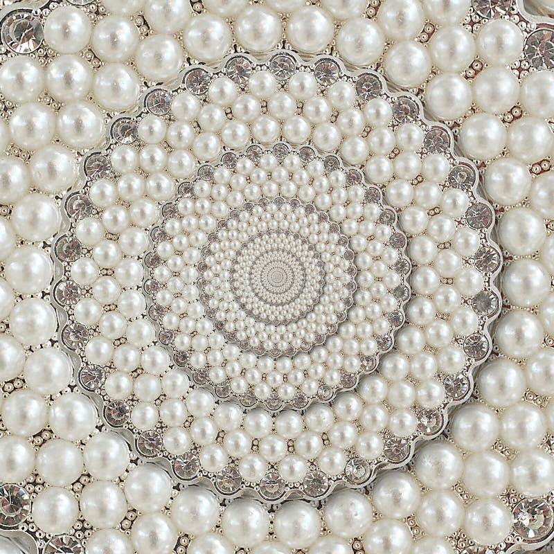 As pérolas e as joias dos diamantes abstraem o fractal espiral do teste padrão do fundo Peroliza o fundo, teste padrão repetitivo foto de stock royalty free
