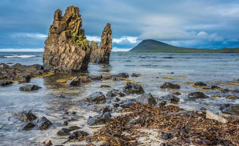As paisagens vulcânicas ásperas ao longo do Trandir costeiam, os fiordes ocidentais, fotografia de stock