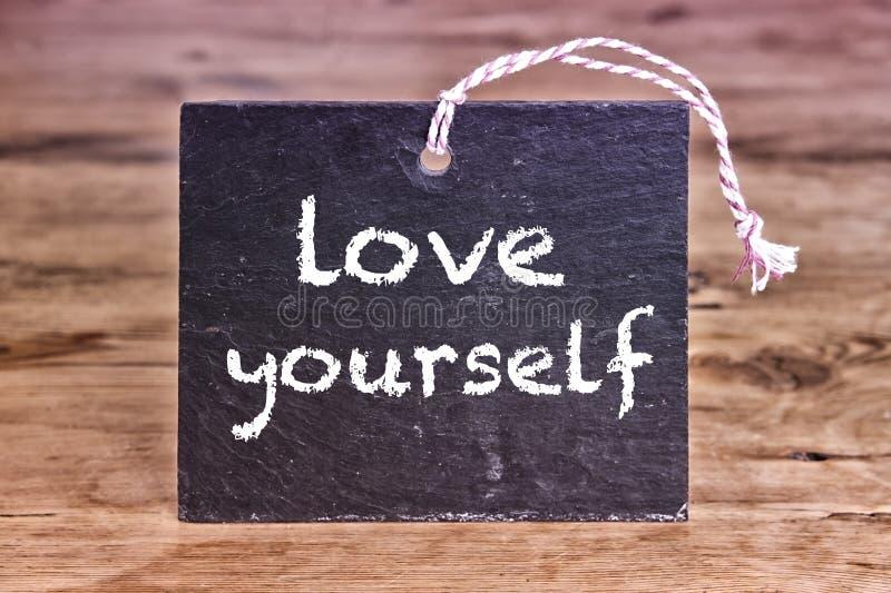 As palavras amam-se escrito na placa de giz imagens de stock royalty free